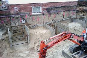 Kellerbaugrube mit Abschnittsbaugruben für eine Wandunterfangung