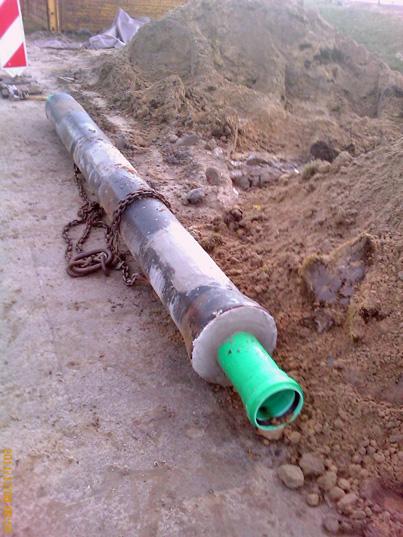 KG 2000 Rohr aus Polypropylen in einem Gussrohr, verlegt in einer Grabensohle im Gewerbegebiet Hausbruch