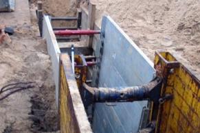 Waagerechter Holzverbau, Aluverbau, Stahlverbau für einen Hausanschluss im Stadtgebiet